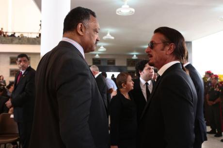 Jesse Jackson -afroestadounidense- y el actor Sean Penn, ambos de EUA, en el funeral de Chávez.