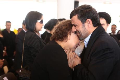 El presidente de Irán abraza a la madre de Hugo Chávez.