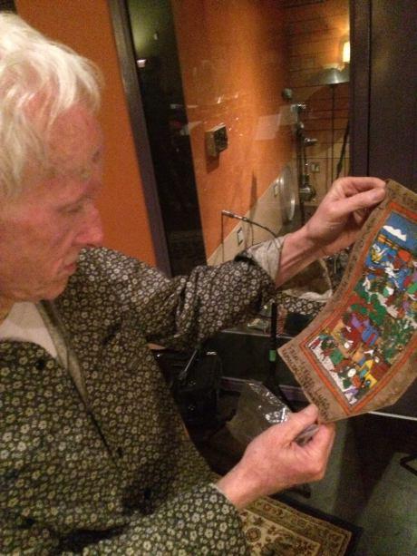 Robby Krieger observa el regalo que le mandó Sergio Lugo por medio de Ty Dennis. Esperamos que regresen a México. Foto: Ty.