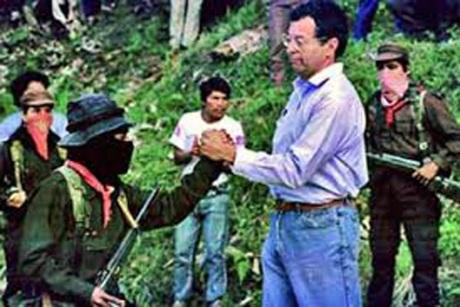 Camacho Solís con los zapatistas de Chiapas. Foto de Internet.