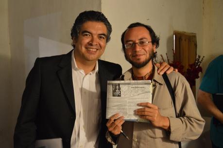 Juan Carlos Laguna y Sergio Lugo con el autógrafo que le dio. Taxco Festival de guitarra, 2014. Foto: José Enríquez.