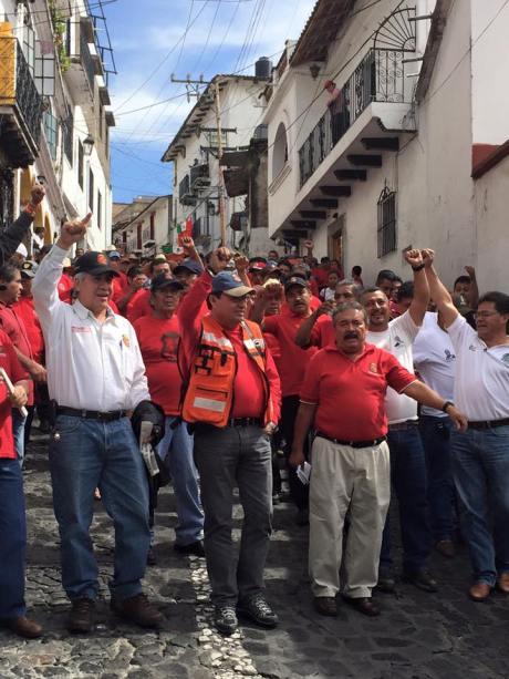 Marcha del 30 de julio del 2015. Por 8 años de huelga del Sindicato Minero de Taxco. Foto: Sergio Lugo.  Al frente van los líderes mineros, entre ellos Roberto Hernández Mojica.