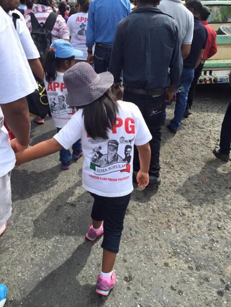 Marcha del 30 de julio del 2015. Por 8 años de huelga del Sindicato Minero de Taxco. Foto: Sergio Lugo. Esta foto me gustó mucho porque la niña iba alegre marchando con su mamá. En la playera está Nestora Salgado que le piden su libertad.